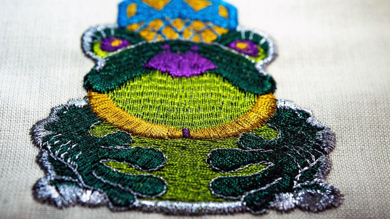 [Translate to Türkisch:] frog metallic embroidery design